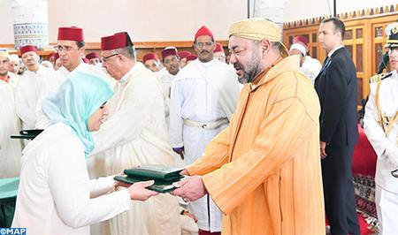 أمير المؤمنين يسلم جائزة محمد السادس للمتفوقات في برنامج محاربة الأمية بالمساجد برسم السنة الدراسية 2016- 2017