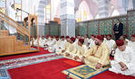 SM el Rey, Amir Al Muminin, cumple la oración del viernes en la Mezquita Al Imam Al Boukhari en Tánger