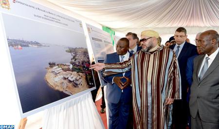 SM el Rey visita obras de construcción de puntos de desembarque en Costa de Marfil