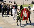 SM le Roi dépose une gerbe de fleurs devant le monument aux héros du peuple à Pékin