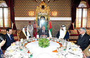 SM le Roi offre un déjeuner en l'honneur de l'Emir du Qatar, du Prince héritier d'Abou Dhabi et du représentant de l'Etat du Koweit