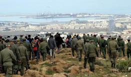 Douze militaires blessés en tentant d'empêcher un groupe de 300 Subsahariens d'escalader la clôture séparant Nador et Melillia (source militaire)