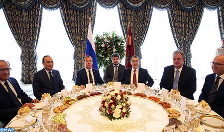 SM le Roi offre un déjeuner en l'honneur du Premier ministre russe, présidé par le Chef du gouvernement
