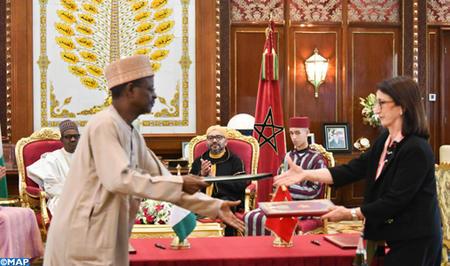 SM le Roi et le Chef de l'Etat nigérian président la signature de trois accords de coopération bilatérale, dont un relatif au projet du Gazoduc Nigeria Maroc