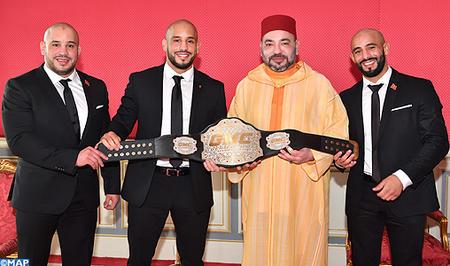 SM le Roi reçoit à Rabat les frères Azaitar, champions du monde de MMA