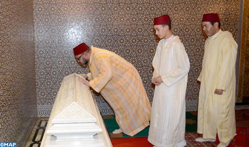 SM le Roi, Amir Al-Mouminine, préside une veillée religieuse en commémoration du 18è anniversaire de la disparition de feu SM Hassan II