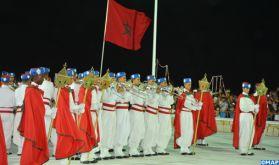 Fête du Trône: la retraite aux flambeaux de la Garde royale illumine la corniche de M'diq, épate les milliers de spectateurs