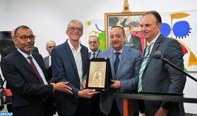 Tétouan: M. Laâraj remet le trophée de la reconnaissance à l'artiste-peintre Abdelkrim Ouazzani