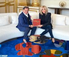 Qotbi entrega a Brigitte Macron el catálogo-libro de la exposición Eugène Delacroix organizada en el MMVI de Rabat