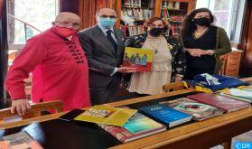Don de livres à la bibliothèque São Lázaro pour promouvoir la culture marocaine au Portugal