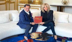 M. Qotbi remet à Mme Macron le catalogue-livre de l'exposition Eugène Delacroix organisée au MMVI de Rabat